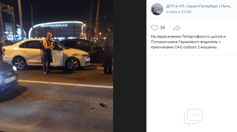 Петербуржцы привязали пьяного водителя к машине после ДТП на Петергофском