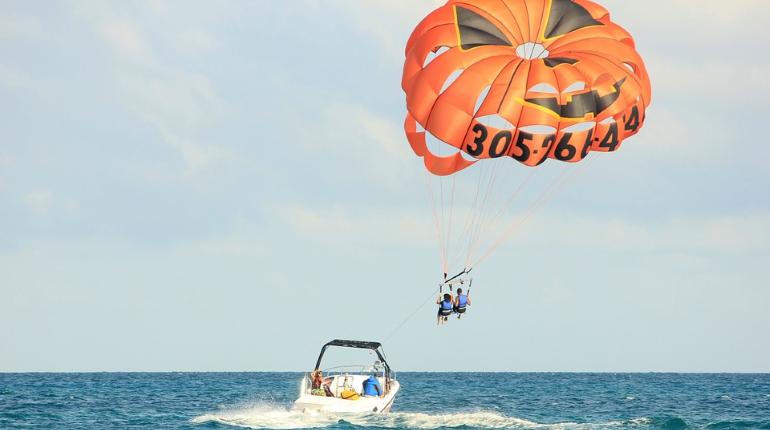 Два россиянина пострадали в Турции при полете на парашюте