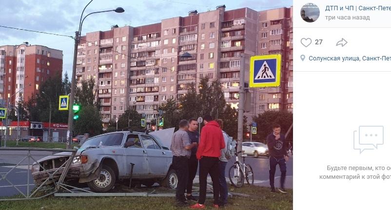 «Волга» разбилась вдребезги на перекрестке Вербной и Новоколомяжского