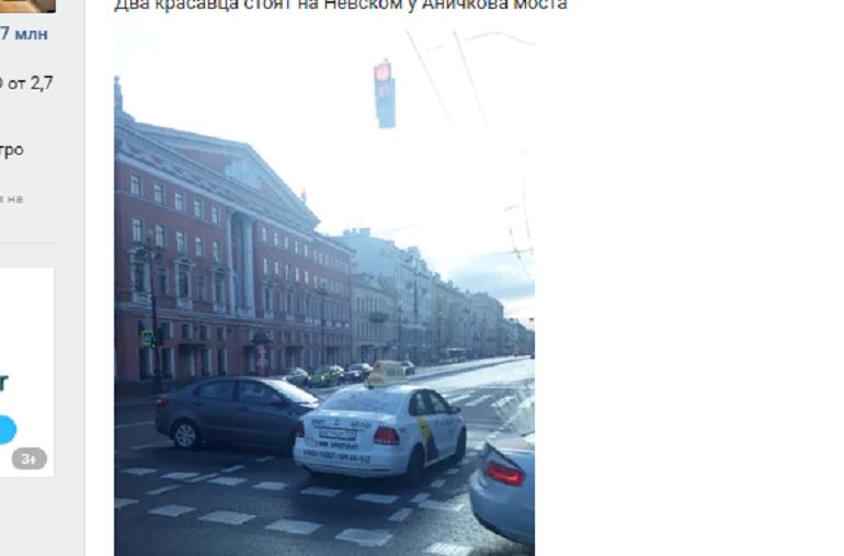 Не протолкнуться: такси и иномарка встретились рано утром у Аничкова моста