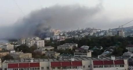Горящий ТЦ во Владивостоке начал обрушаться