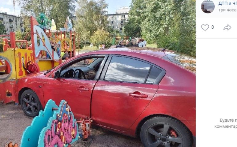 Спутавшая педали автоледи въехала в детскую площадку на Бестужевской