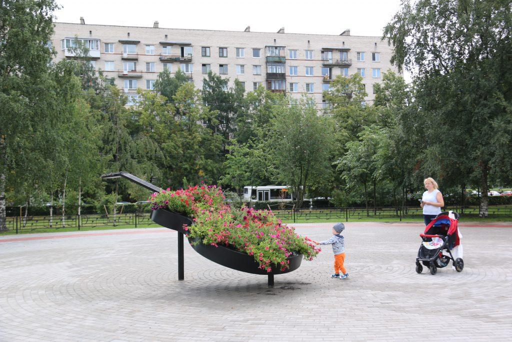 Уборка мусора и высадка цветов: стартовали трудовые смены для петербургских школьников