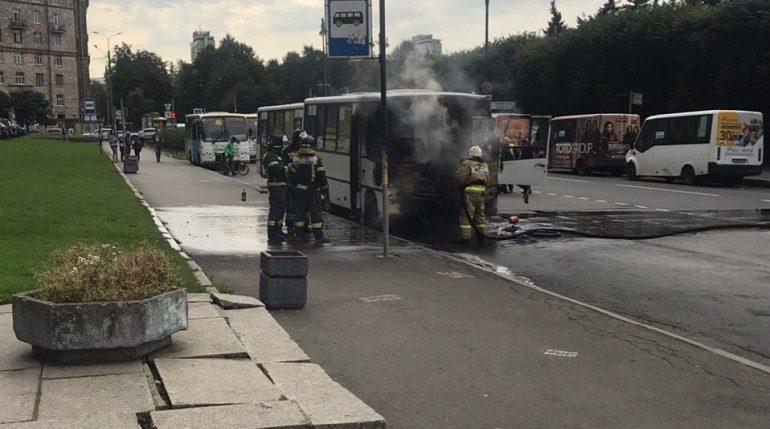 В Московском районе спасатели потушили горящую маршрутку