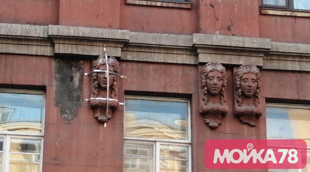 В Петербурге нашли странный способ сохранить маскарон на Большой Монетной