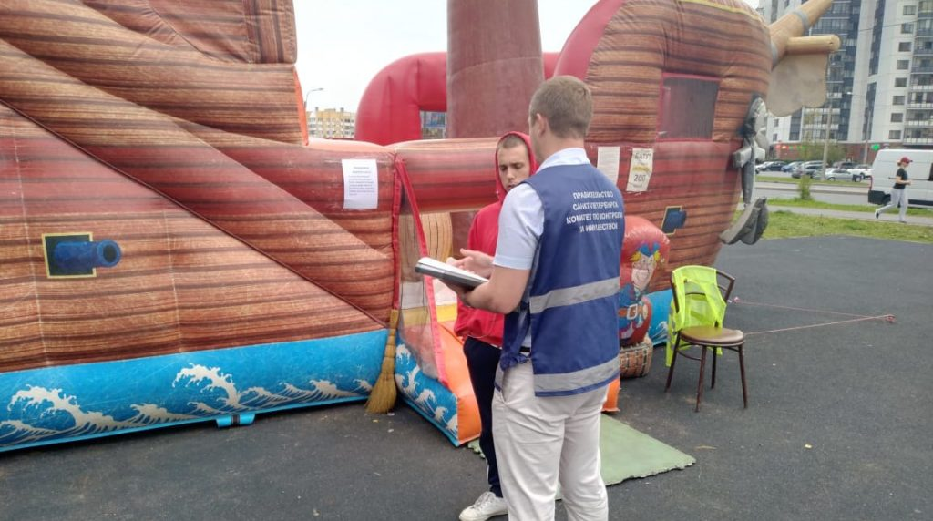 ККИ демонтировал детский батут в сквере на Шуваловском