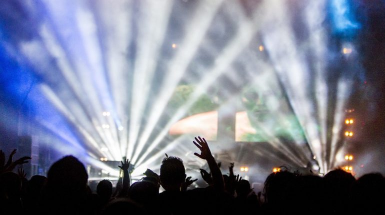 Петербургский ночной клуб получил штраф в 100 тысяч за тусовщиков без масок