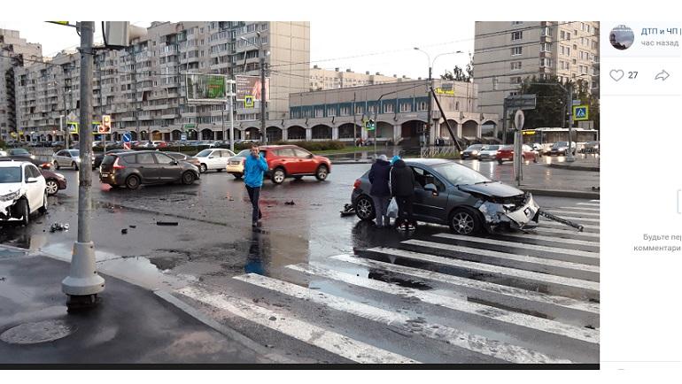 Kia и Peugeot раскрошили друг другу бамперы на Комендантском