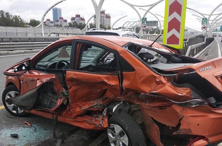 Двоих госпитализировали после жесткой аварии с такси на ЗСД