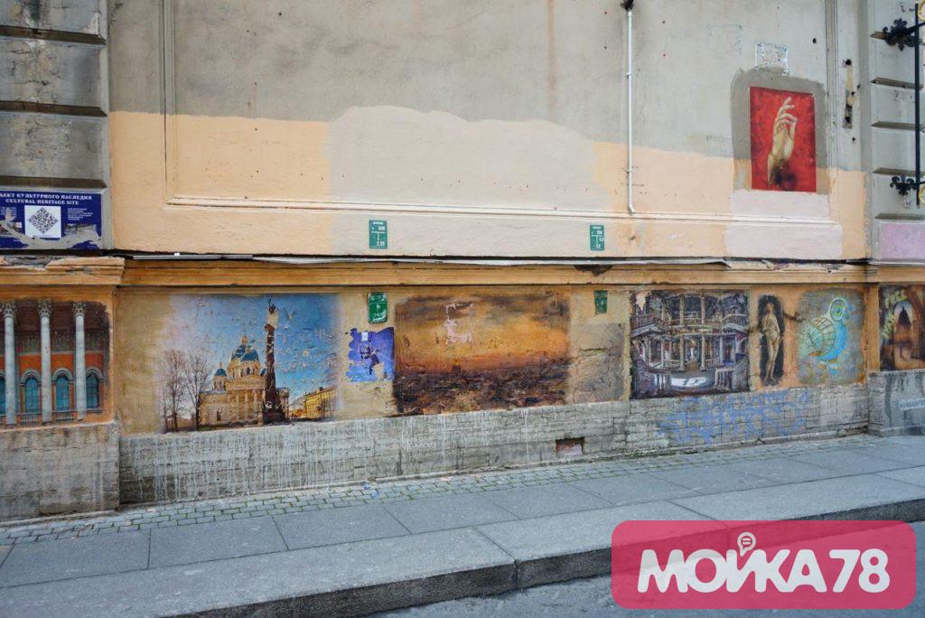 Вандалы топором и стамеской попортили картины в открытой галерее на Радищева