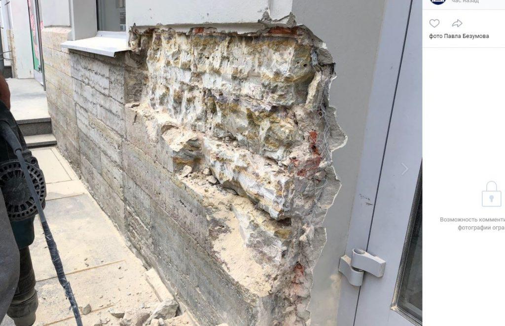 Рабочие под предлогом «ремонта» сбивают цоколь старинного здания на Восстания