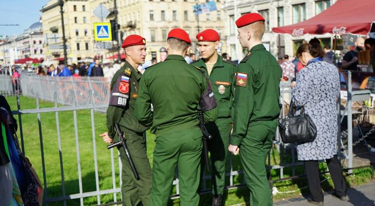 Росгвардия выстроилась вдоль Невского: епархия готовится к крестному ходу