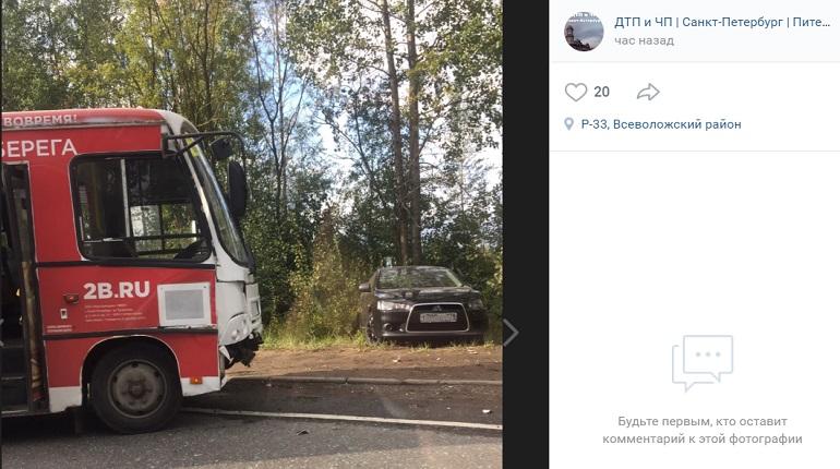 Mitsubishi улетел в кусты после удара о маршрутку в Новом Девяткино