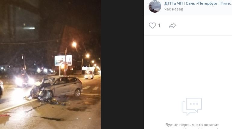 Mercedes раскрошил бамперHyundai и вылетел на газон на Якорной