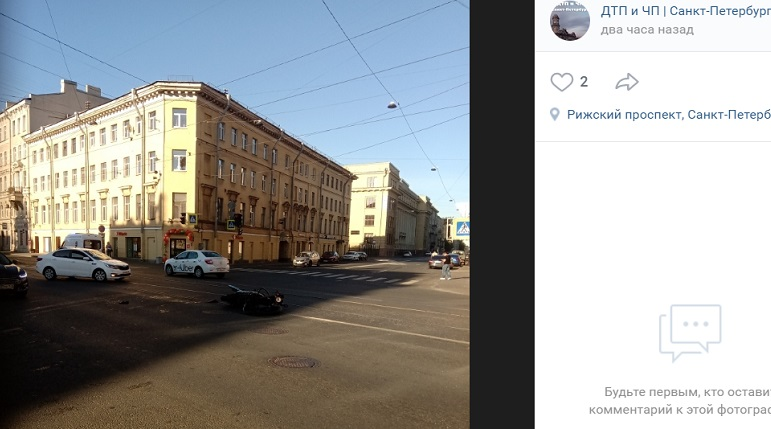 Мотоциклист попал под колеса такси, проезжая на «красный» на Рижском