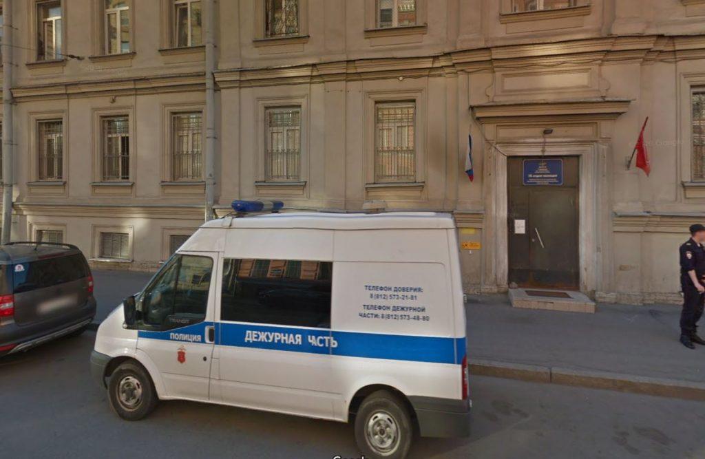 Женщину-полицейского госпитализировали после обвала штукатурки на Мытнинской