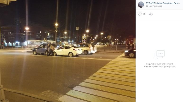 Автомобиль затормозил о машину на светофоре на Карпинского