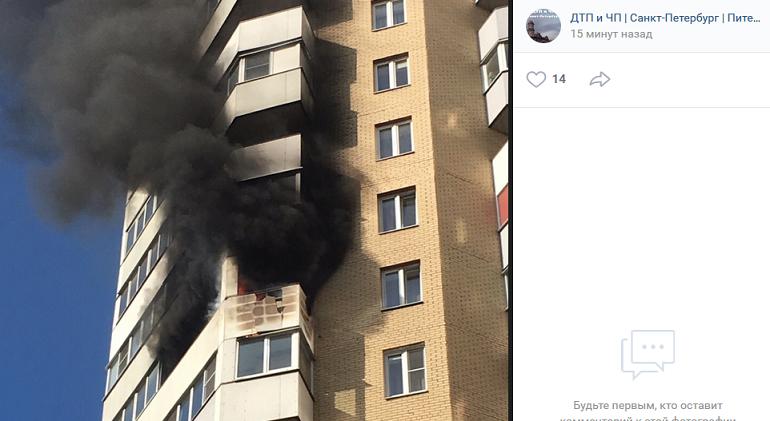 Жилой дом на Октябрьской набережной заволокло черным дымом из-за пожара