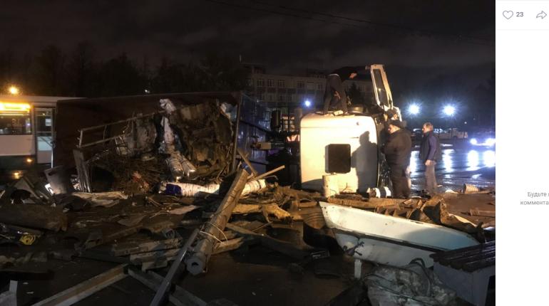 На Полюстровском опрокинулся перегруженный мусоровоз