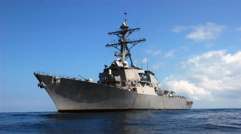 Российские корабли взяли на сопровождение эсминец США в Черном море