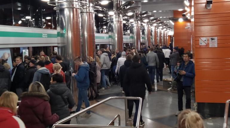 Поклонники «Ленинграда» устроили огромную очередь в метро