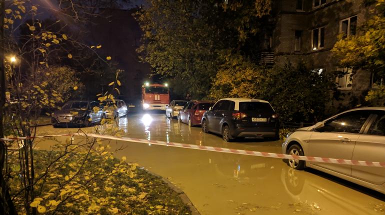Десятки машин оказались в воде после прорыва на Лени Голикова