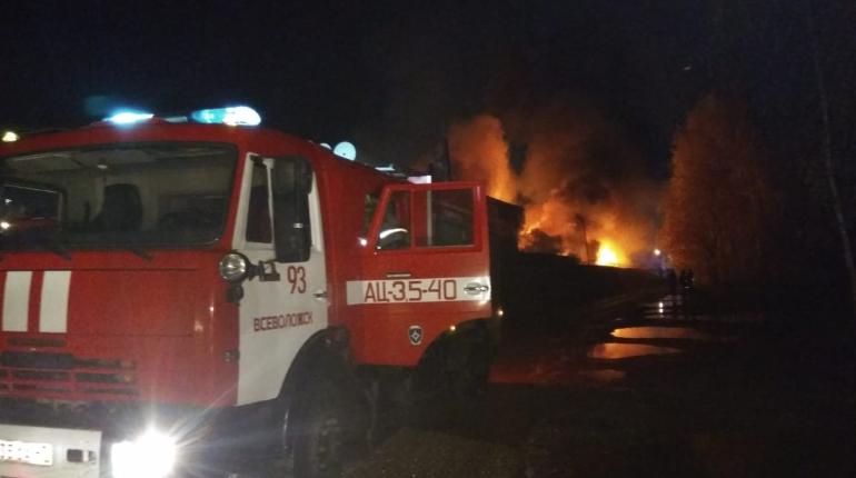 В Новом Девяткино тушат пожар в промзоне на 2000 «квадратах»