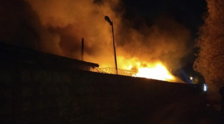 Пожар в ангаре в Новом Девяткино тушили четыре часа