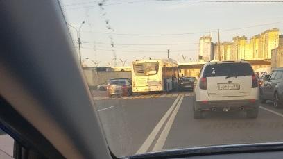 Очевидцы: автобус попал в аварию, поворачивая по «встречке» на Кубинскую
