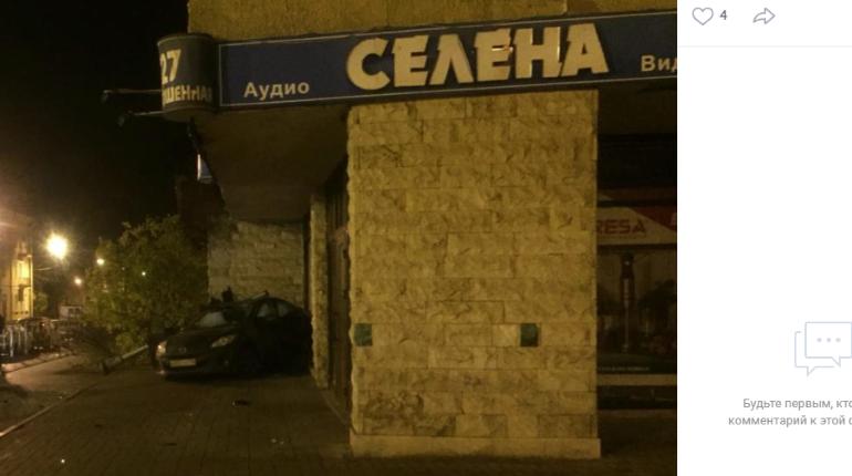 Ночью в Пушкине иномарка влетела в витрину магазина