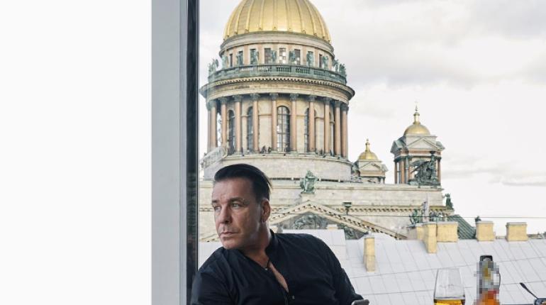 Линдеманн в образе маньяка снял новый клип в Петербурге