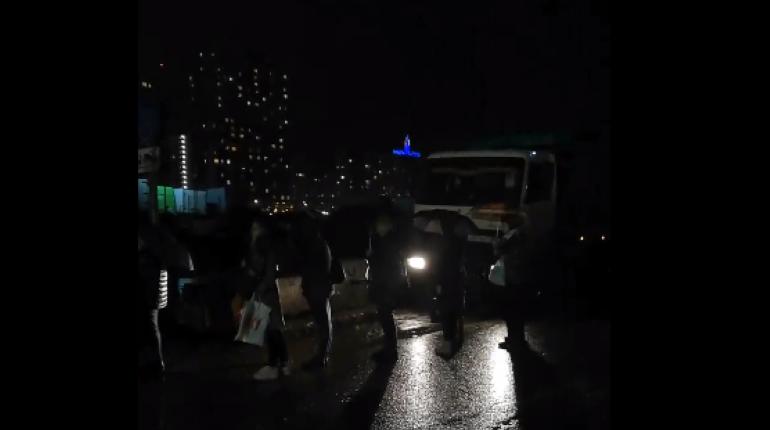 Очередь из штурмующих маршрутки жителей Мурино захватила соседнюю улицу