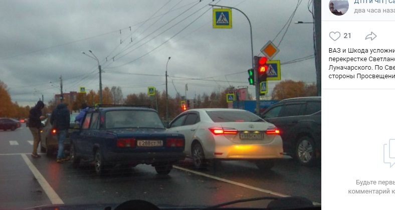Авария на углу Светлановского и Луначарского парализовала автодвижение
