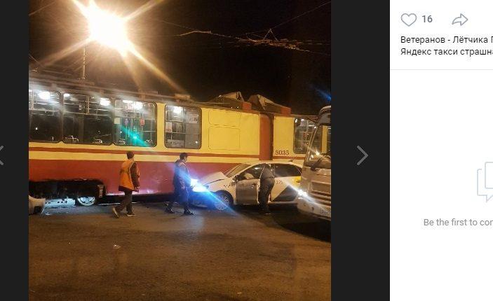 «Яндекс.Такси» въехал в трамвай и заблокировал троллейбусы на Ветеранов