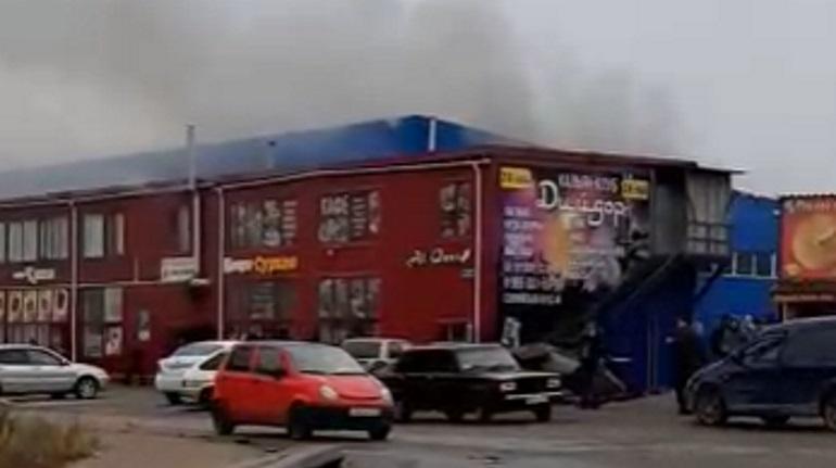 На Софийской загорелся ангар, столб дыма виден издалека