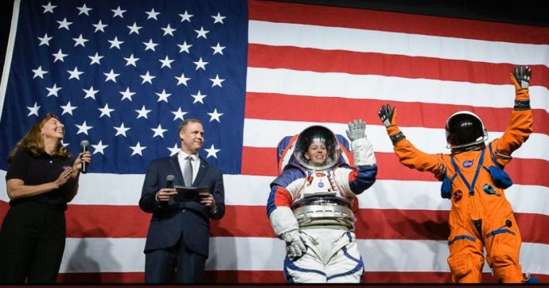 В США представили новые скафандры, позволяющие «ходить по поверхности Луны»