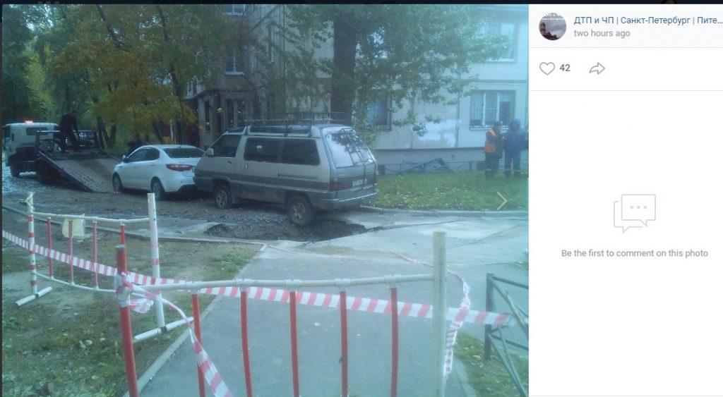Асфальт провалился вместе с автомобилем на Маршала Тухачевского