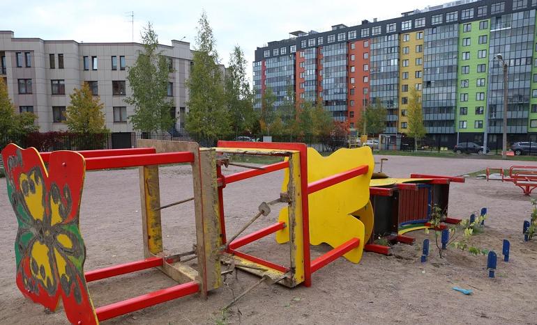 Чиновники разрушили детскую площадку в Пушкине, а новую могут поставить только через несколько лет