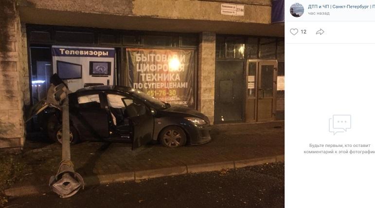 В Пушкине в ДТПMazda влетела и витрину магазина и словила светофор