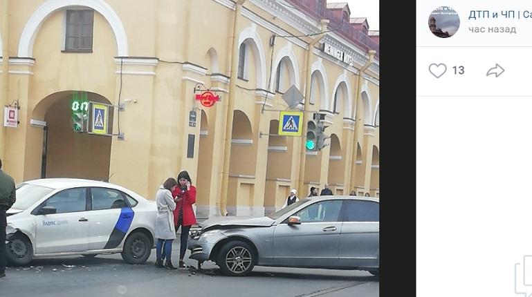 «Хорошо впечаталась»: в центре Петербурга каршеринг снова угодил в ДТП