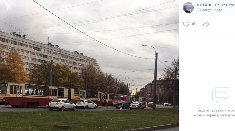 «Из-под трамвая что-то достают»: МЧС и скорая прибыли к месту ДТП на Наличной