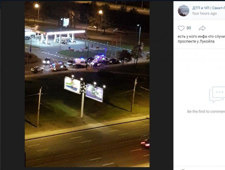На Витебском водитель влетел в поребрик, пострадали двое