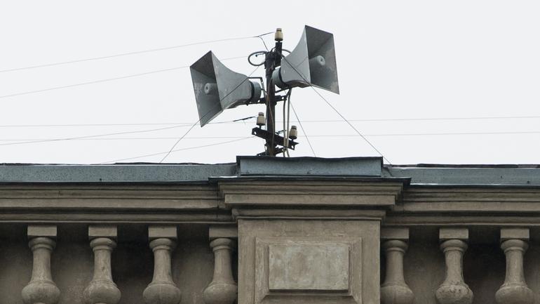 Громкоговорители Смольного начали успокаивать петербуржцев женским голосом