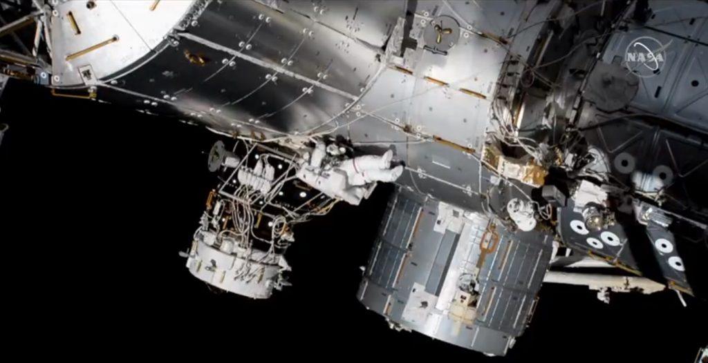 Впервые в истории две женщины-астронавты вышли в космос