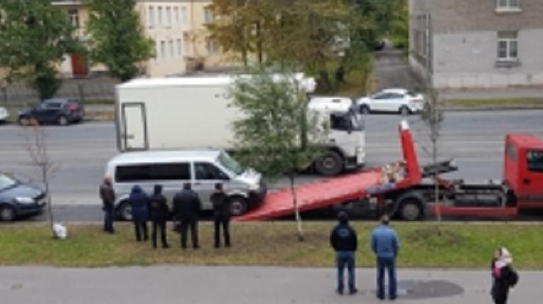 Приставы оставили петербуржца без микроавтобус из-за долга в 800 тысяч