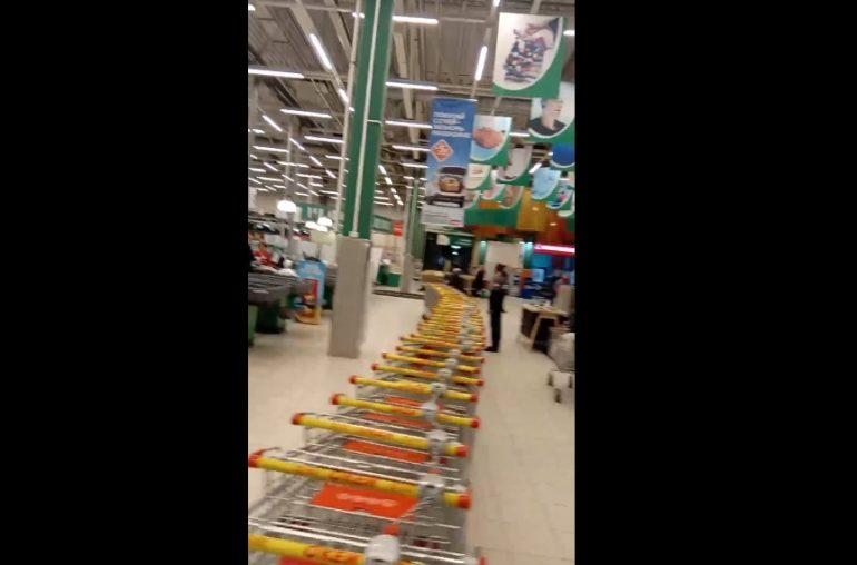 Дацик со скандалом утащил вереницу платных тележек в петербургском «Окее»