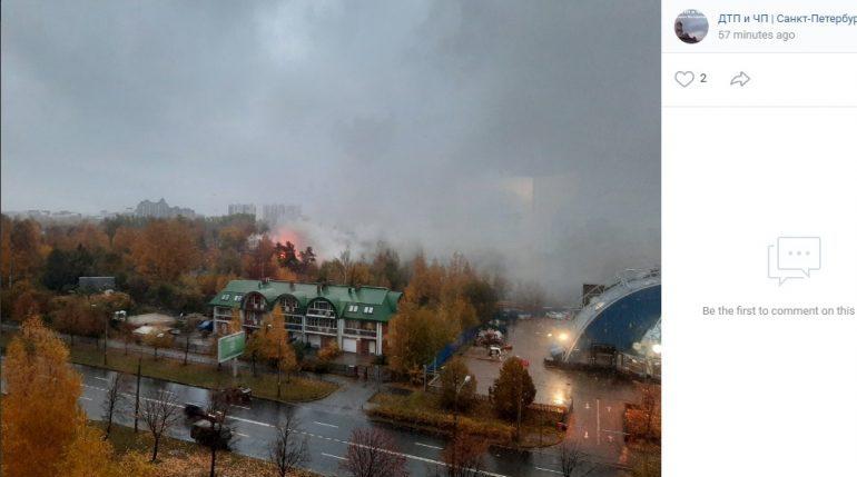 Пожарные взяли под контроль пламя на крыше особняка в Озерках