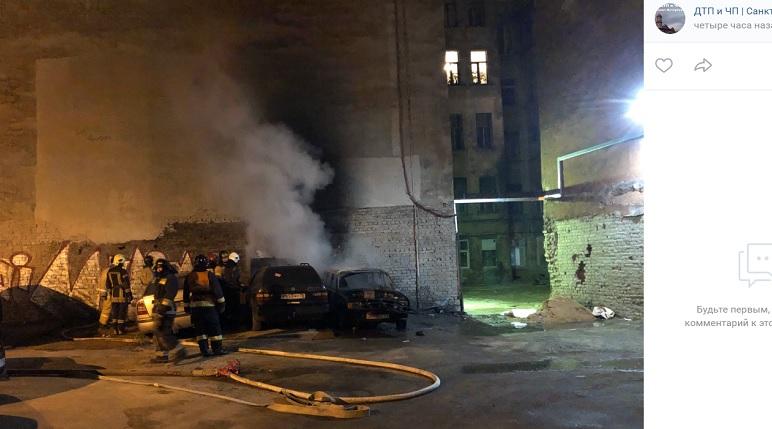 Полыхающие ночью на Херсонской автомобили тушили 10 человек