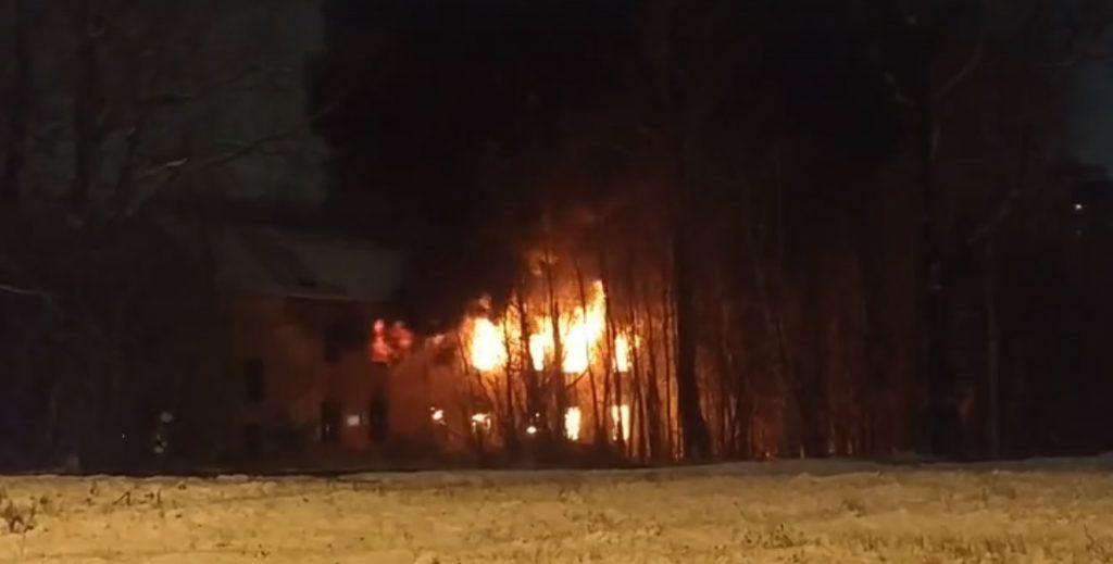 Спасатели локализовали пожар в горящем доме в Приморском районе