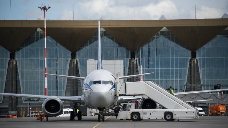 Пассажиры шести самолетов в Пулково разбирают чемоданы – их рейсы отменили